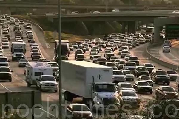 图为洛杉矶57和60高速公路交汇处号称美国最拥堵路段,日均车流量达35万车次。(杨阳/大纪元)