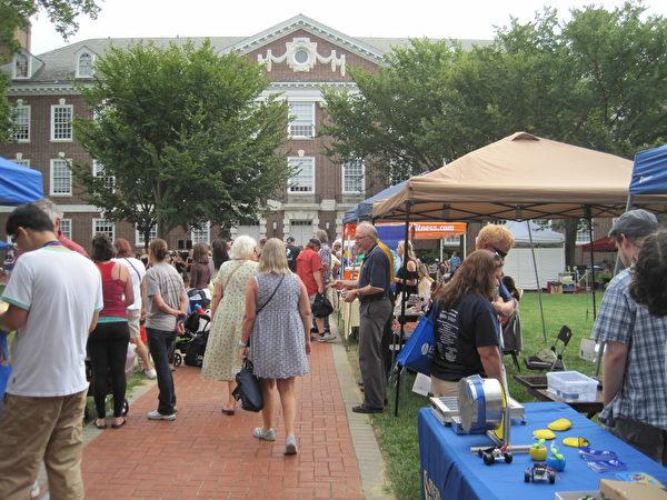 9月17日,在德拉華大學(University of Delaware)校園內舉辦的「紐瓦克社區日」活动丰富多彩。(楊茜/大紀元)