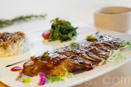 炙燒松板豬飯,單客380元。(莊孟翰/大紀元)