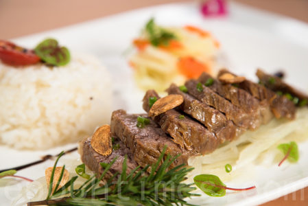 原創台塑牛排飯,單客580元。(莊孟翰/大紀元)