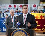 加州参议员乔尔·安德森(Joel Anderson)在8月31日的集会上发言,谴责中共对法轮功学员的群体灭绝罪恶。(周凤临/大纪元)