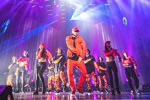 周汤豪(中)出道后个人首次世界巡演第一站台北场于2日晚上正式登场,为了回馈歌迷支持,他不惜高成本打造巨型LED舞台。(天熹提供)