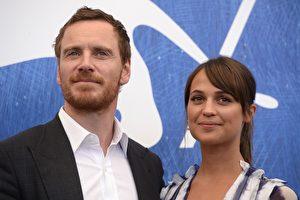 「萬磁王」麥可‧法斯賓達(左)下個月將迎娶28歲瑞典女星艾莉西亞‧薇坎德(右),圖為資料照。 ( FILIPPO MONTEFORTE/AFP/Getty Images)