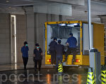 一对公务员夫妇昨日清晨在油麻地御金‧国峰第7座从高处堕下,救护员到场证实两人已死亡,遗体由黑箱车运走。(宋碧龙/大纪元)