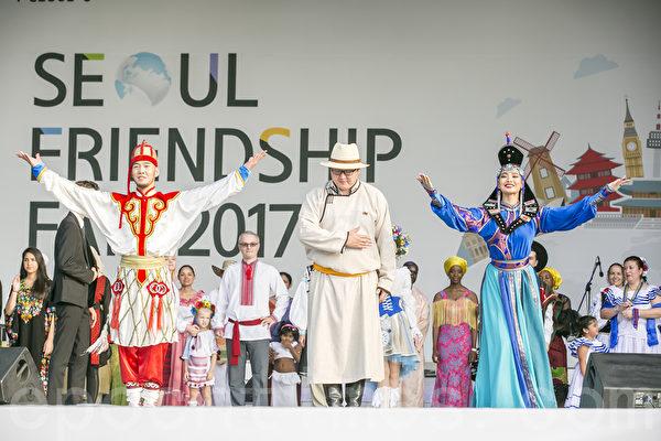 """15个国家35名大使夫妇及子女上台表演""""世界传统服装秀""""。(全景林/大纪元)"""