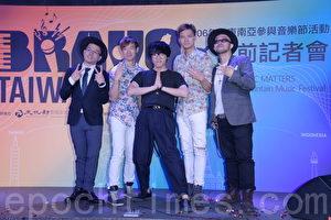 卢广仲(中)5日出席记者会,宣布将前往东南亚地区两场音乐节。(黄宗茂/大纪元)