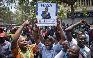 肯亞高等法院裁訂,將於10月17日重新舉行總統大選。圖為2017年9月1日,肯亞首都奈洛比,肯亞在野黨「全國超級聯盟」的支持者在最高法院外歡呼(SIMON MAINA/AFP)