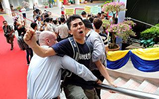浸會大學國際學院應用社會服務科課程停辦一年,有浸大副學士生到場抗議,並嘗試衝入會場,被保安阻止。(李逸/大紀元)