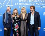 导演戴伦‧阿洛诺夫斯基(左起)、蜜雪儿‧菲佛、珍妮佛‧劳伦斯与男星哈维尔‧巴登一起现身现身第74届威尼斯影展。 (Vittorio Zunino Celotto/Getty Images for Paramount Pictures)