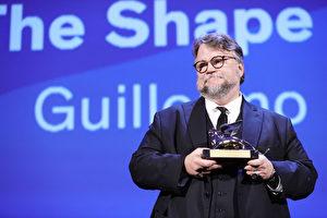 第74届威尼斯国际电影节于在当地时间9月9日颁发金狮奖,由执导《水形奇缘》的墨西哥导演吉勒摩‧戴托罗出席领奖。 (Vittorio Zunino Celotto/Getty Images)