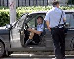 為了製造所謂的「穩定局面」,在十九大之前,各地公安、地方政府人員紛紛到他們記錄在案的法輪功學員家中騷擾。(GOH CHAI HIN/AFP/Getty Images)