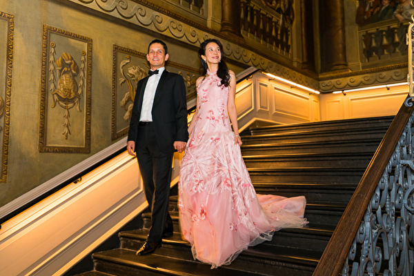 "Karen(右)和Johannes两人17岁时于意大利""世界联合书院""分校认识,这段初恋虽一度中断,但缘分总是眷顾有情人。(环球唱片提供)"