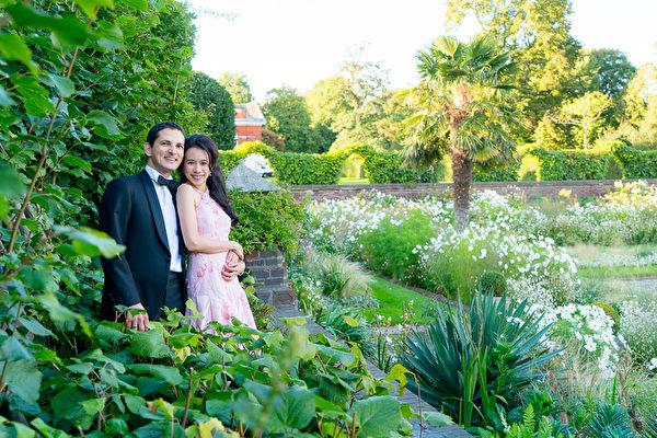 Karen(右)和Johannes两人17岁时于意大利念书时有过初恋,际遇就像是搭著旋转门又兜在一起。(环球唱片提供)