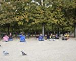 从1995年开始,每个周六和周日的上午,部分法国法轮功学员会在巴黎卢森堡公园里炼五套功法和义务教功,寒来暑往,风雨无阻。(叶萧斌/大纪元)