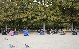 從1995年開始,每個週六和週日的上午,部分法國法輪功學員會在巴黎盧森堡公園裡煉五套功法和義務教功,寒來暑往,風雨無阻。(葉蕭斌/大紀元)