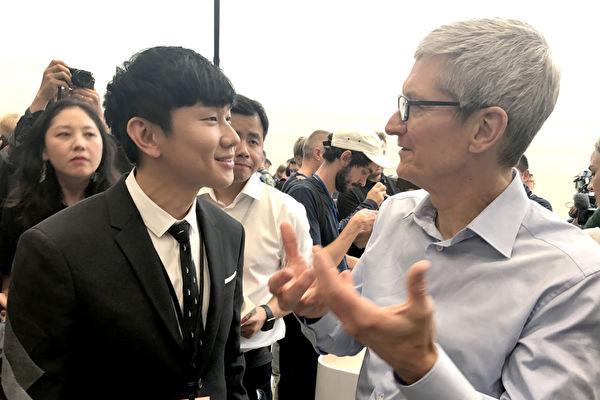 """林俊杰(左)受邀赴美参与全球盛事""""Apple Special Event"""",与执行长库克(右)彼此交流。(华纳音乐提供)"""