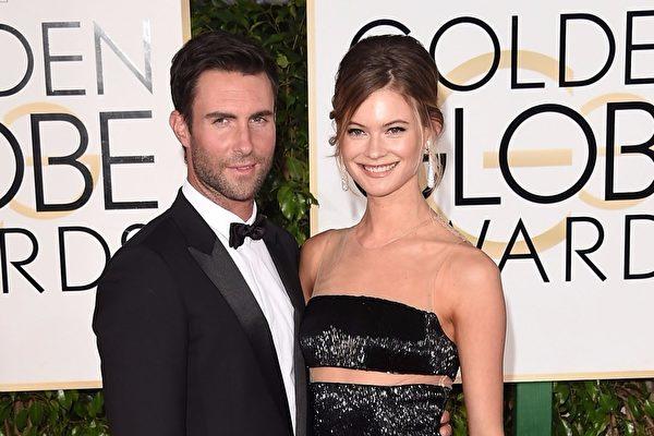 「魔力紅」(Maroon 5)主唱亞當‧李維(左起,2015年資料照)與名模貝哈蒂‧普林斯露去年9月生下愛女,妻子近日再曝懷上二胎。 (ason Merritt/Getty Images)