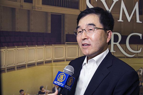 2017年9月18日晚上,EPROAD代表理事金秉显观赏神韵交响乐团在韩国高阳音乐厅的演出。(全景林/大纪元)