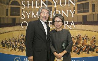 2017年9月18日晚上,建筑家李祥林观赏神韵交响乐团在韩国高阳音乐厅的演出。(全景林/大纪元)