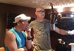"""赵传(左)新歌《解脱的自由》只花了2小时就录制完成,且无可挑剔,反倒让制作人王治平为用""""哪个版本""""而头疼了。(旋风音乐提供)"""