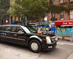 川普的車隊過來,在二大道50街街口,川普向道兩邊的法輪功學員招手致意。(戴兵/大紀元)