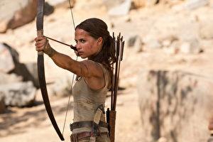 新版《古墓奇兵》剧照,由瑞典籍女星艾莉西亚‧薇坎德饰演知名的动作女英雄萝拉卡芙特。(华纳兄弟提供)