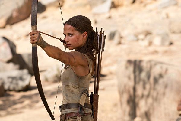 新版《古墓奇兵》劇照,由瑞典籍女星艾莉西亞‧薇坎德飾演知名的動作女英雄蘿拉卡芙特。(華納兄弟提供)