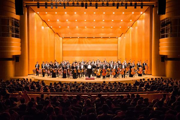 2017年9月21日晚上,神韵交响乐团于新竹市文化局演艺厅举行演出。四首安可曲,让新竹观众一点也不想离开。(陈柏州/大纪元)
