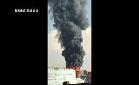 台灣台中火力電廠9月21日下午冒出大量濃煙。(新唐人亞太電視台截圖)