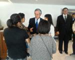 驻墨西哥代表廖世杰(蓝领带),出席台商林家庆告别式,代表政府向罹难者家属致意。(驻墨西哥代表处提供/中央社)