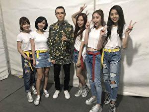 由台灣校園校花組成的美少女團體 「TUD」尚未出道,受邀上海登台巧遇偶像方大同(左二)。(校盟影業提供)