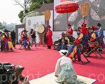 """9月23、24日两天,韩国举办了""""正祖大王陵出行""""活动。图为正祖大王一行抵达汉江弩督听取百姓苦衷。(全景林/大纪元)"""