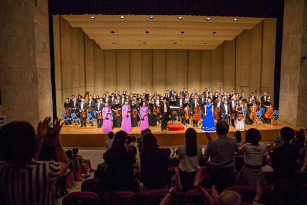 2017年9月27日晚上,神韵交响乐团在云林县文化处表演厅的演出,图为谢幕。(郑顺利/大纪元)