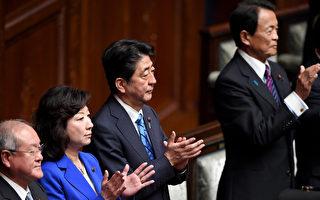 日本首相安倍晋三(右2)28日正式宣布解散国会,以便提前大选争取连任。(TOSHIFUMI KITAMURA/AFP/Getty Images)