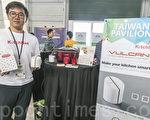 麒趣科技行銷長劉繼元和他們研發的「Vulcan」智能溫控插座。(曹景哲/大紀元)