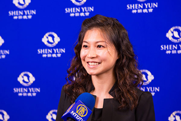 2017年9月29日晚上,音乐教师韦纪妤观赏神韵交响乐团在台南市立文化中心的演出。(陈霆/大纪元)