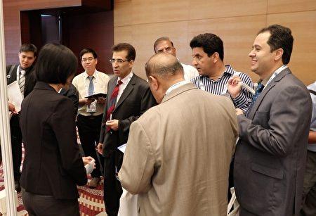 一年一度的亚太消化医学周(APDW)会议,今年在香港会议展览中心举办,台湾国际器官移植关怀协会(TAICOT)的展位,几天来吸引许多国际医师和参展商前来了解中共活摘法轮功学员器官真相。(台湾国际器官移植关怀协会)