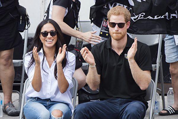 周一(9月25日)下午,哈里王子和梅根首次在公开场合亲密亮相。(加通社)