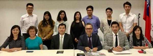 「新約克人的音樂」創辦人蔡榮昭(前排右三)表示,該機構是一個華裔青年音樂家展現音樂才華的平臺,為臺裔音樂家開拓進入美國主流音樂圈的契機。 (林丹/大紀元)