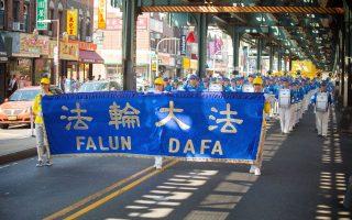 超過百人組成的天國樂團在遊行中打頭陣。 (張學慧/大紀元)