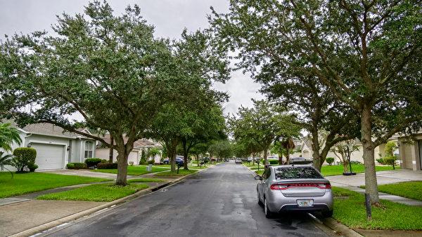 週六(9月9日)下午6時30分,奧蘭多某居民小區內,見不到平日週末的喧囂,家家戶戶門窗緊密,靜待颶風的到來。 (岑華穎/大紀元)