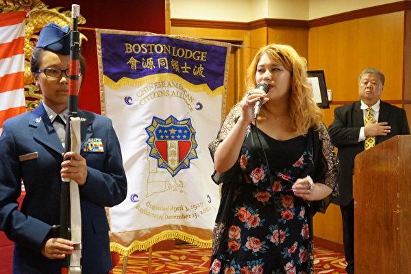 歌唱家黃淑仁(Blythe Schulte,中)演唱美國國歌,右方是主持人李衛新。(黃劍宇/大紀元)