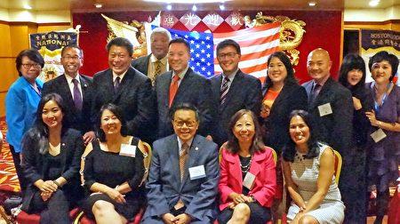 波士頓同源會前3任會長與邀請來的華裔民選政要合影。(黃劍宇/大紀元)