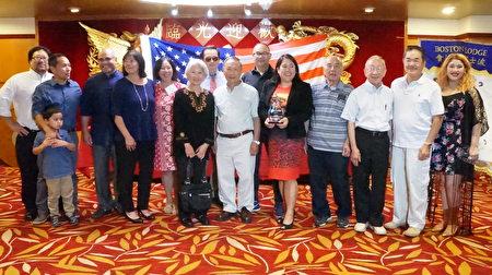 前麻州費契堡市長黃素芬(Lisa Wong,右五)獲獎,在場黃氏宗親紛紛上台與她合影。(黃劍宇/大紀元)