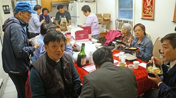 祭祀后宗亲将金猪、鲜鸡、素果、糕点等供品让大家分享。(黄剑宇/大纪元)