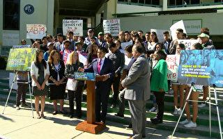 洛杉矶鹰岩高中部分学生支持AB19号法案,免去社区学院第一年学费。(刘宁/大纪元)