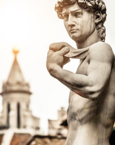 大衛像是米開朗基羅於1501至1504年間用一塊白色大理石雕刻而成。(shutterstock)