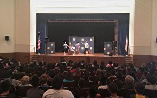 學生在舞台劇的互動表演中學習安全出行知識。(景雅蘭/大紀元)