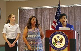 加州国会议员赵美心 (右一) 表示将反对共和党提出的格雷厄姆-卡西迪健保法案 (Graham-Cassidy Bill)。左一为 Amanda Steffy,中为健保组织 ChapCare 的CEO马丁内斯 (Margaret Martinez)。(刘菲/大纪元)