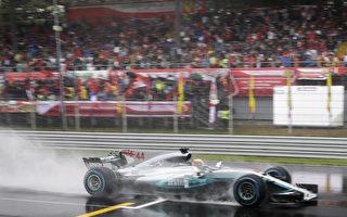 在大雨中的排位赛,梅赛德斯车队的英国车手汉密尔顿获得职业生涯的第69个杆位,一举打破了德国车王舒马赫68个杆位的F1历史纪录。(LUCA BRUNO/AFP/Getty Images)